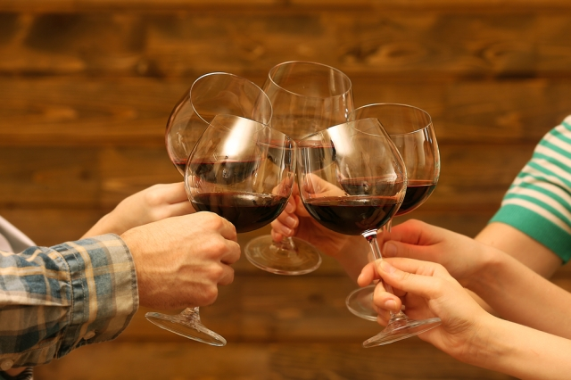 people-clinking-glasses-at-the-2015-sandestin-wine-festival